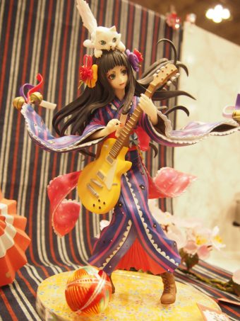 Figure that playing guitar with a cat on the head in Kimono